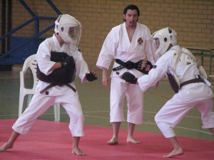 Kenshis de Shokema haciendo una demostración de combate