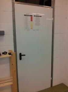 Detalle de nuestra puerta-pizarra, aprovechada como panel magnético