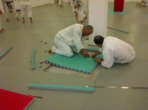 Recortando planchas de EVA para completar el tatami