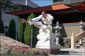 Sensei Rogelio Casero ejecutando Tobi Sokuto Geri en la entrada del Hombu Dojo
